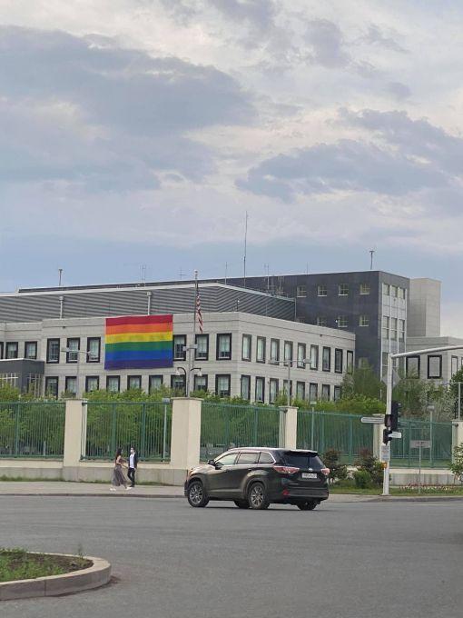 Посольство США каждый год вывешивает флаг ЛГБТ в Нур-Султане. В соцсетях каждый год это обсуждают 1