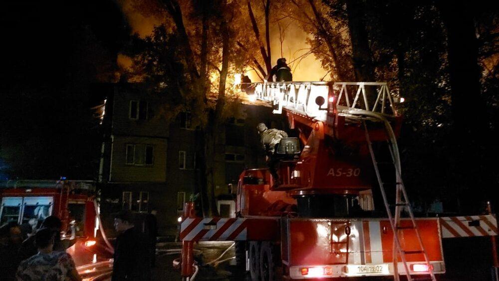 В Алматы загорелась крыша многоэтажки из-за пожара на балконе
