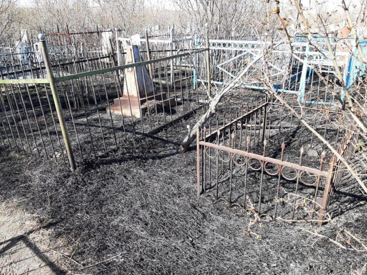 Крупный пожар произошел на кладбище в Караганде 1