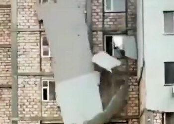 В третий раз обрушилась обшивка дома в Актау. От нее уже почти ничего не осталось 1