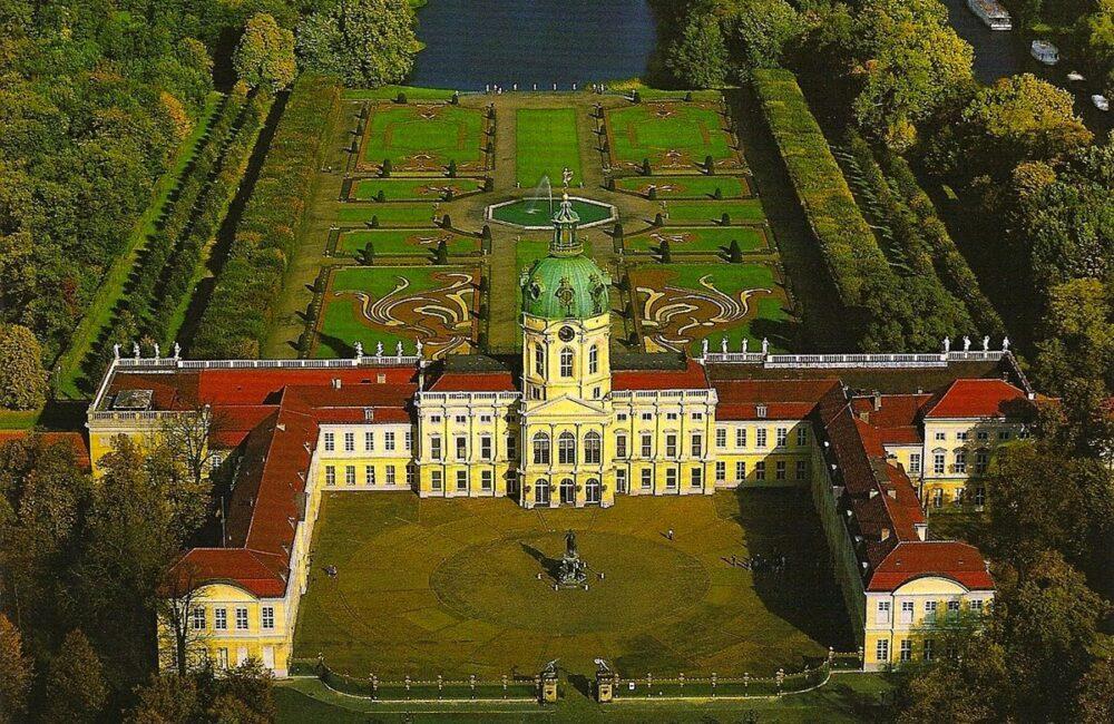 Бараны косят газон в парке самого красивого замка в Берлине 1