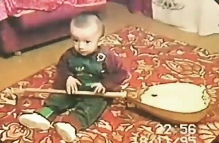 Немного фальшивил, но пел искренне: Димаш Кудайберген показал поклонникам видео из детства 1