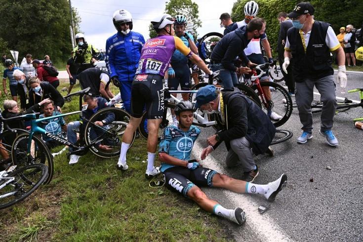 Жуткая авария на «Тур де Франс»: спровоцировавшую завал фанатку ищет полиция 1