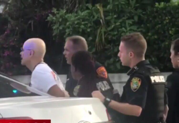 В США водитель пикапа наехал на участников гей-парада 1