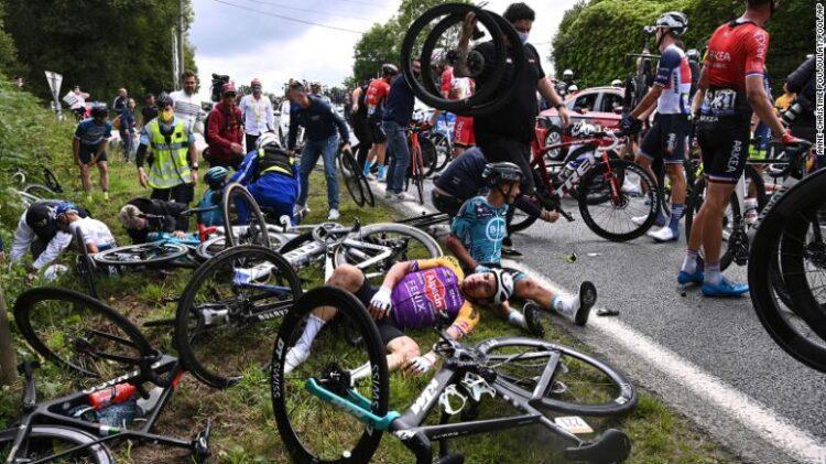 Полицейские задержали виновницу массовой аварии на «Тур де Франс» 1