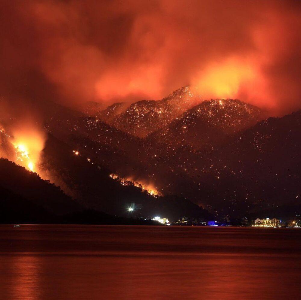 Лесные пожары в Турции: казахстанцы помогают местным жителям