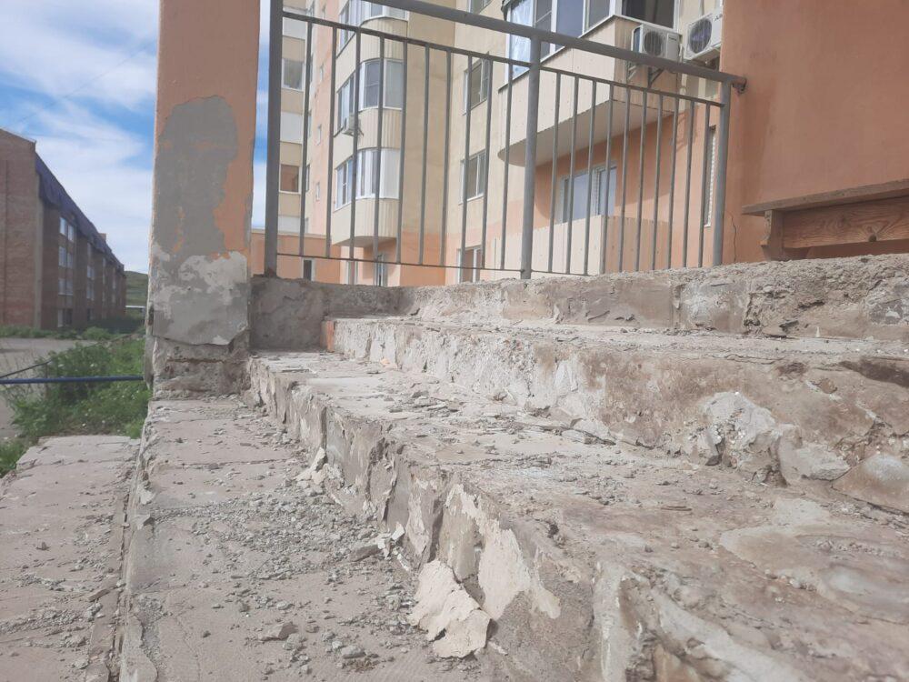 Всем подъездом воду черпали: новые дома Усть-Каменогорска разваливаются из-за дождей 1
