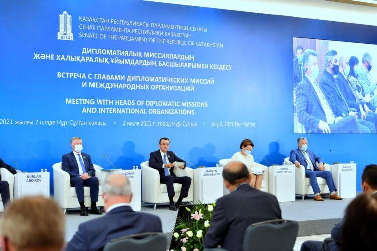 Маулен Ашимбаев рассказал дипкорпусу о принятых Парламентом законах 1