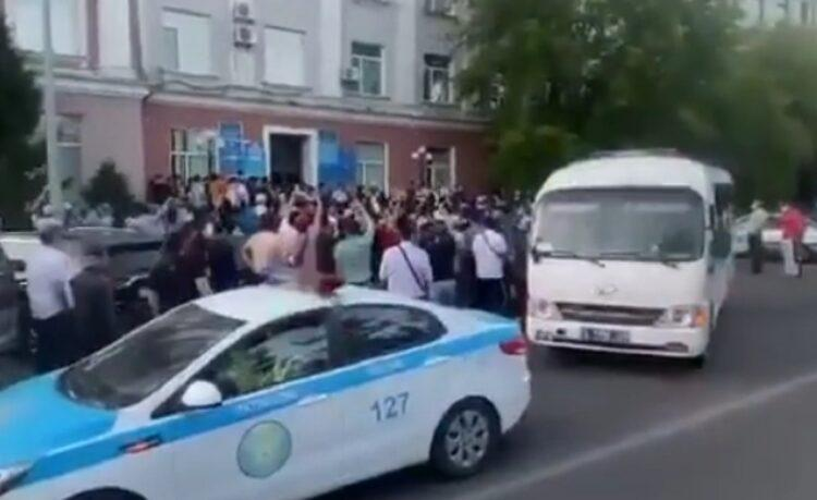 Десятки мужчин устроили митинг против собрания феминисток в Караганде 1