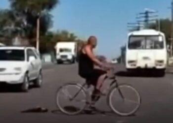 Шокирующее видео: велосипедист привязал кошку и волок ее за собой по Жезказгану 2