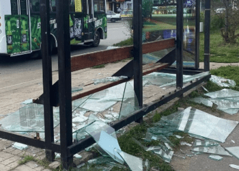 18-летняя девушка вдребезги разгромила стеклянную остановку в Петропавловске 2