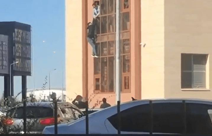 Неизвестный пытался выпрыгнуть из здания полиции в Нур-Султане 1