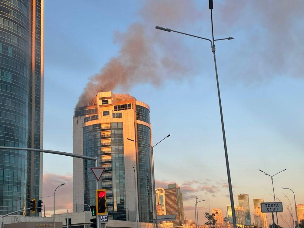 """В Нур-Султане загорелось здание """"Казахмыса"""" (видео)"""