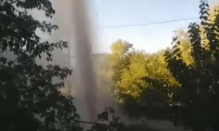 Трубу с горячей водой прорвало в Петропавловске 1