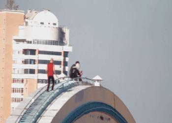 Новая тройка астанчан залезла на арку моста для самоубийц и экстремалов 1