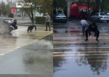 В Аксу двое парней ради пранка отжимались на пешеходном переходе 1
